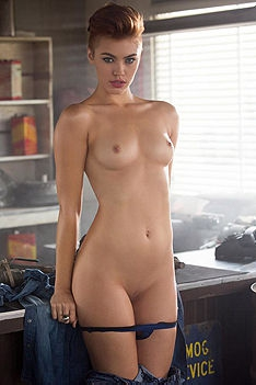 Britt Linn  Shows Off Her Amazing Body