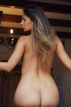 Yarina Poses Nude Outside