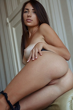 Gorgeous Niemira Shows Her Sexiness