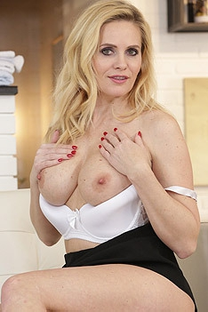Blonde Babe Daisy Lee